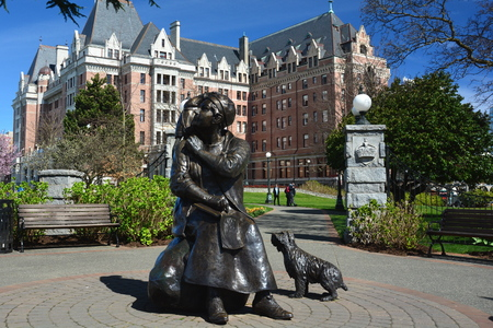 Empress Hotel and an Emily Carr statue in Victoria BC,Canada Éditoriale