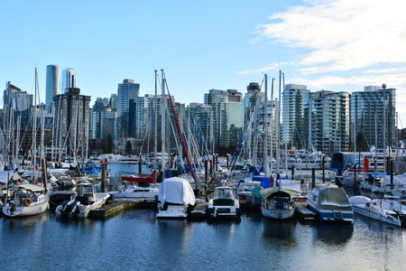 Stanley Park marina with Vancouvers skyline in the background. Редакционное