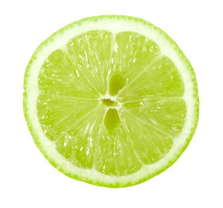 lima limon: Single transversal de cal. Aislados sobre fondo blanco. Close-up.