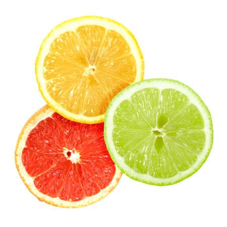 sencillez: Conjunto de cruzar un frutas cítricas. Aislados sobre fondo blanco. Close-up. Fotografía de estudio.