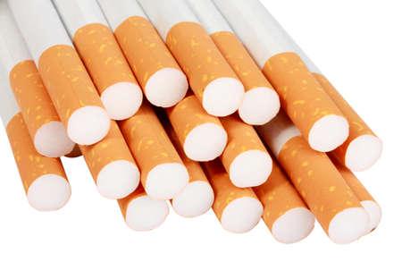 injurious: Mont�n de cigarrillos con filtro. Aislados sobre fondo blanco.