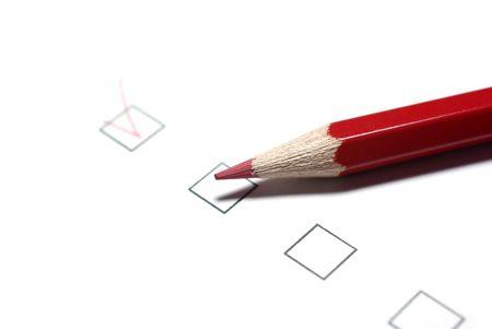 Crayon rouge et cases � cocher isol� sur fond blanc.