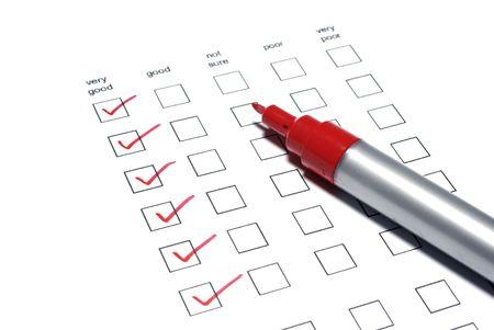 Sondage liste avec les tiques et marqueur rouge sur fond blanc. Banque d'images