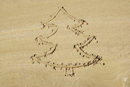 Arbre de No�l sur la plage. Nouvelle ann�e de base.