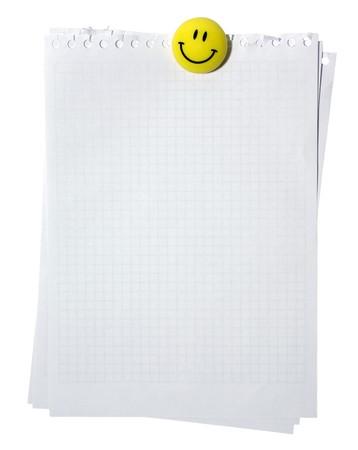 calamita: Pagine vuote da spirale notebook stackes gialla sorridente con magnete. Isolato su sfondo bianco. Moschettonaggio percorso.