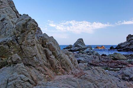 paisaje mediterraneo: Rocas en la costa. Paisaje mediterr�neo.  Foto de archivo