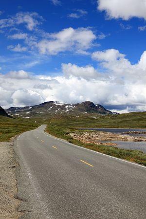 Strada norvegese, situato nel profondo le montagne, paesaggi nordici Europa. Archivio Fotografico - 6902349