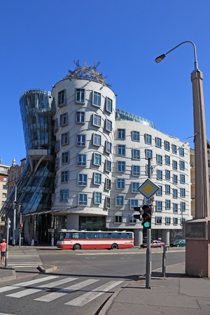the dancing house: Casa Danzante - hito popular de Praga.