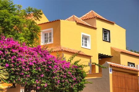 Klassische spanische Villa unter den Blumen, nicht weit vom Meer. Teneriffa, Spanien.