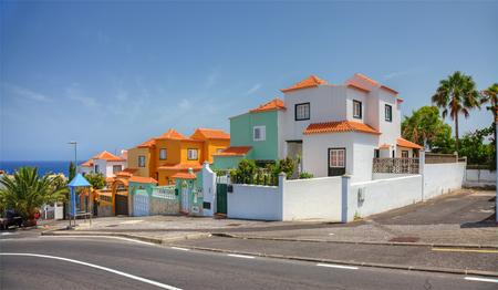 Calle con villas modernas, isla de Tenerife, España.