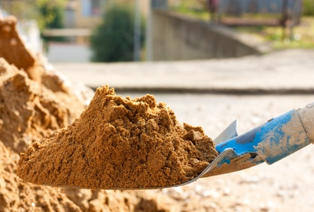 Detalle de una pala llena de arena de construcci�n Foto de archivo - 9371414