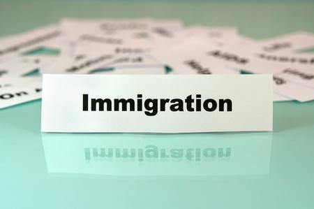 移民に署名したりそれを言葉と紙の 写真素材