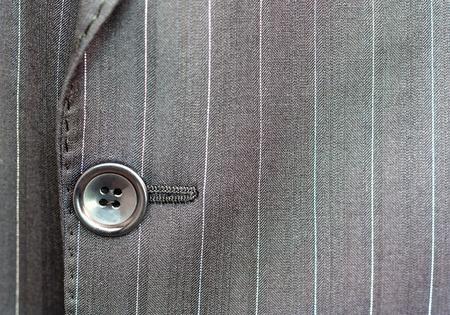 Nahaufnahme einer Taste auf einem Stift gestreiften Anzug Mantel