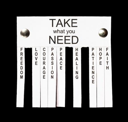 Concept van straat-, papier-note advertentie met een tear-off slips of strepen aanbod: vrijheid, liefde, moed, passie, vrede, genezing, geduld, hoop en faith.Isolated op zwart
