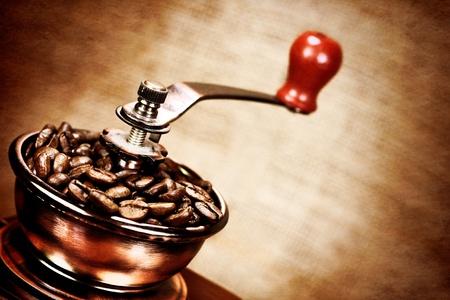 meuleuse: L'image de contraste de moulin � caf� vintage ou caf� en grains. La foudre dramatique