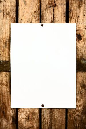 Pedazo de papel en blanco clavado en el espacio para el texto background.Copy madera