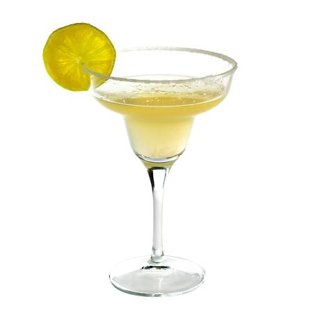 coctel margarita: Bebida coctel Margarita con cal aisladas sobre fondo blanco