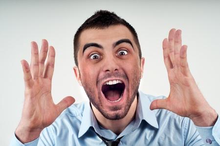 Uomo d'affari arrabbiato urlando ad alta voce a qualcuno, ritratto di giovane imprenditore bello, concetto di executive urlare, conversazione problema della crisi della comunicazione, rabbia, frustrazione