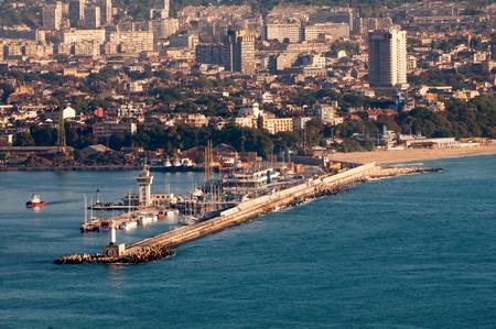 Vue vers Varna port ou terminal passagers du port de Asparuhovo et paysage de la ville de Galata