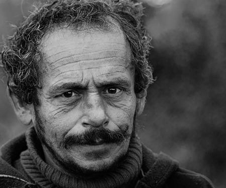 sad look: Retrato de un barbudos emociones man.Face sin hogar