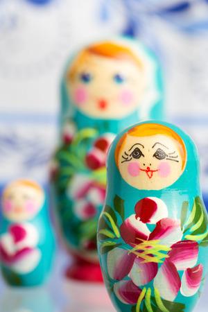 marioneta de madera: Rusos tradicionales muñecas rusas de madera matryoshka.Shallow DOF, con la reflexión