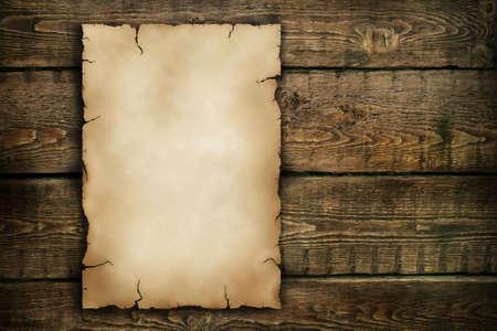 pergamino: Antiguo documento sobre un fondo de madera
