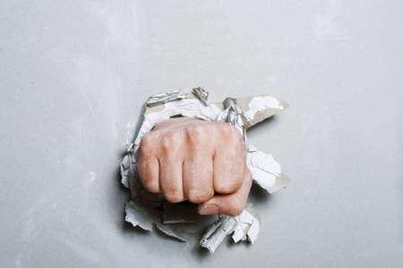 conflictos sociales: El pu�o ha perforado la pared, que ha creado el agujero rasgado