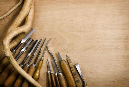 tallado en madera: Conjunto de cinceles para la imagen. Fondo de madera Foto de archivo