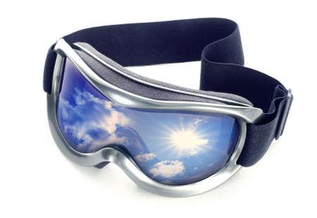 reflexion: Gafas de sol sobre un fondo blanco. En la reflexi�n de cielo de vidrio