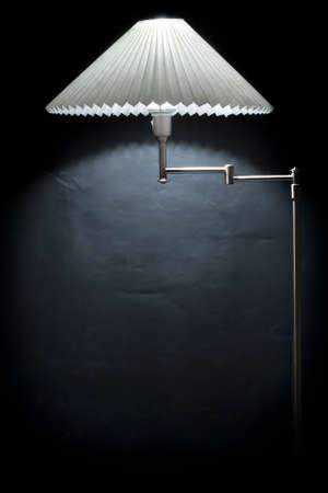 electric fixture: Lampada elettrica contro un muro nero