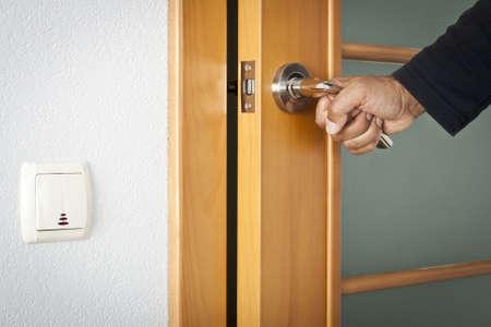 Die Person öffnet eine interroom Tür
