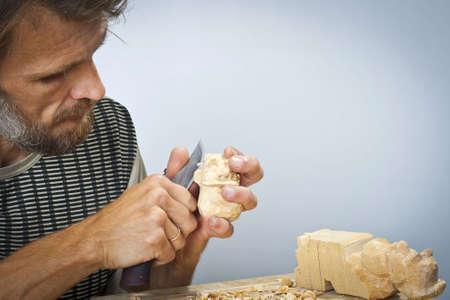 tallado en madera: La persona est� interesada en tallado  Foto de archivo
