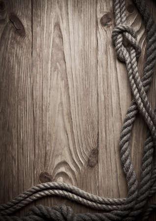 nudo: Cuerdas sobre un fondo de madera