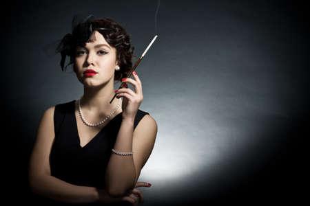 暗い背景とレトロのスタイルで若い女性の肖像画
