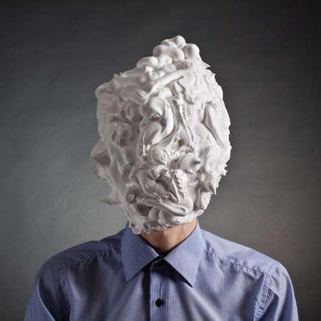 頭にひげそり用のフォームを持つ男