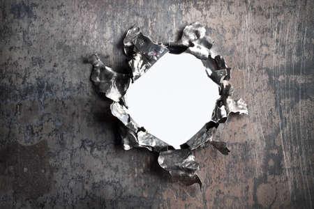 金属板上に断片的な開口部