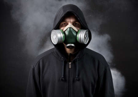 contaminacion del aire: El joven en una campana y un respirador