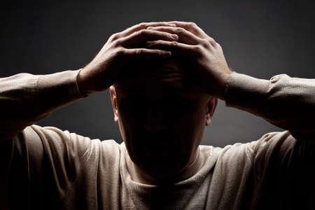 暗い背景に対して動揺の男の肖像 写真素材