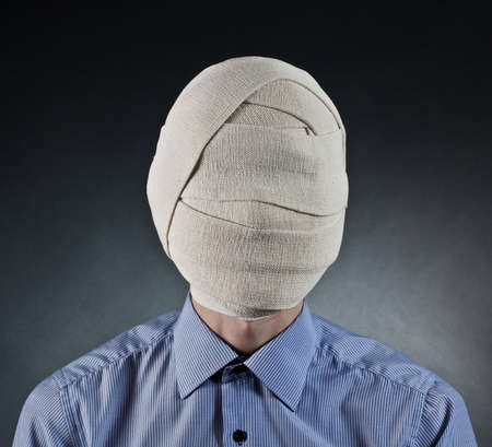 弾性包帯を頭の上で男の肖像
