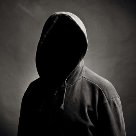 Osoba z osobą utajonego. Czarne tło