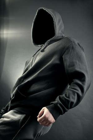 Osoba z osobÄ… utajonego. Czarne tÅ'o Zdjęcie Seryjne