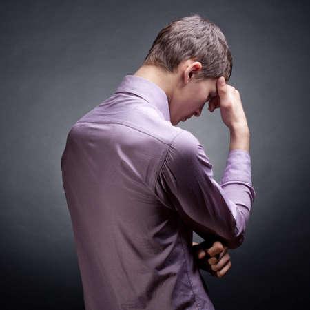 hombre orando: El joven se refleja. Fondo oscuro