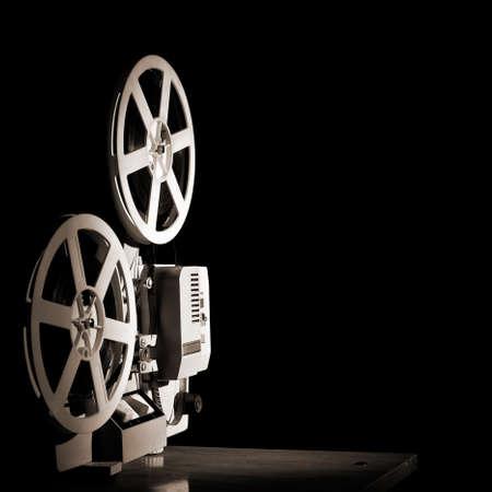 黒い背景に古いフィルム プロジェクター