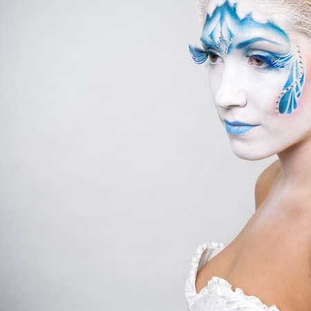 body paint: Mujer joven con el maquillaje de la cara del arte