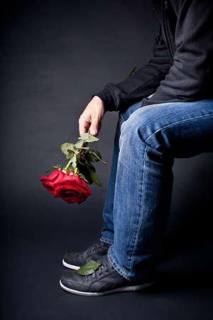 suitor: Un uomo con un mazzo di rose in mano