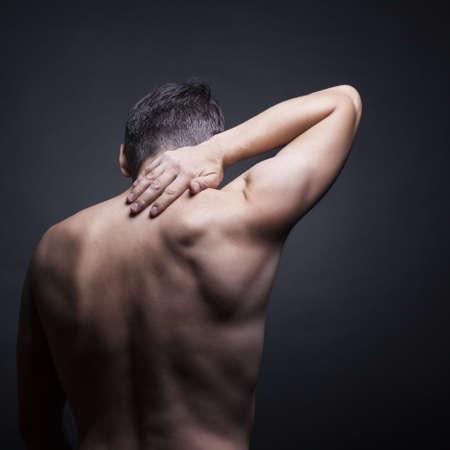 首の痛み。再び男。黒の背景