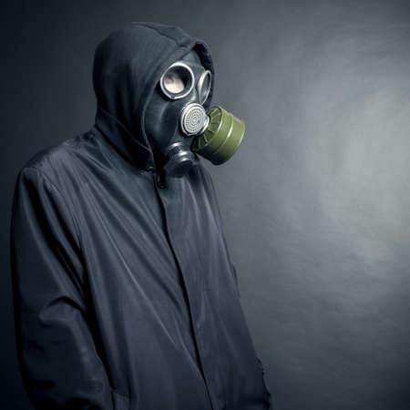 Een man in een gasmasker op een zwarte achtergrond Stockfoto