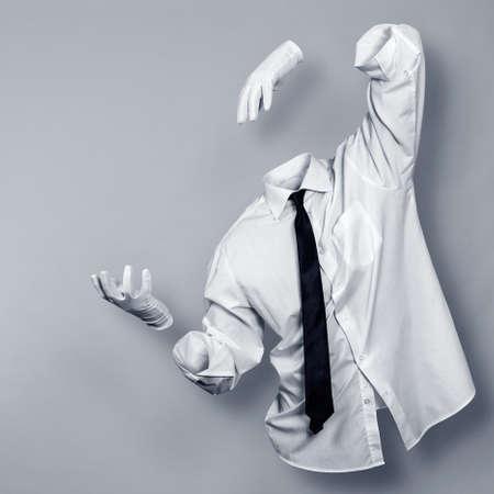 目に見えない男はシャツと手袋 写真素材
