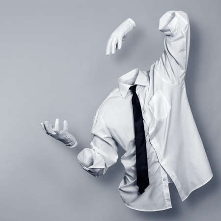 El hombre invisible con una camisa y guantes