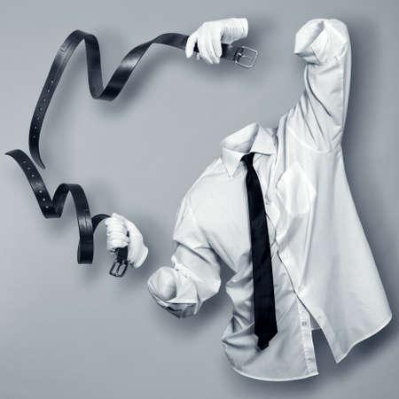 目に見えない人間の手に 2 つの革ストラップ付き 写真素材